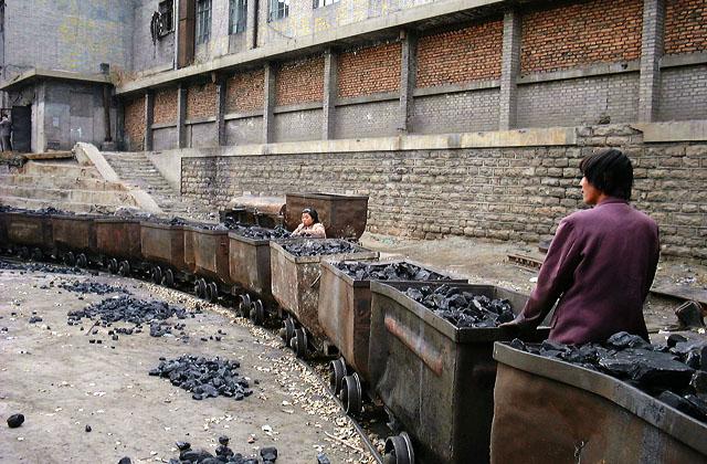 На китайской шахте - выборка кусков угля из пустой породы (1999 г.)