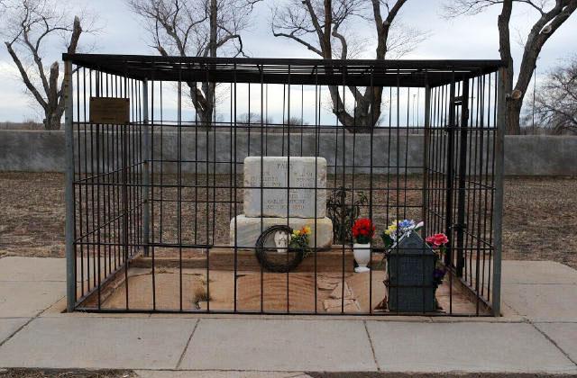 Общее надгробие могил Билли Кида и его друзей, Чарльза Баудри и Тома О'Фолиарда