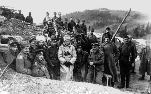 А.Е. Снесарев в окопах с офицерами и нижними чинами 64-й пехотной дивизии. 1916 год