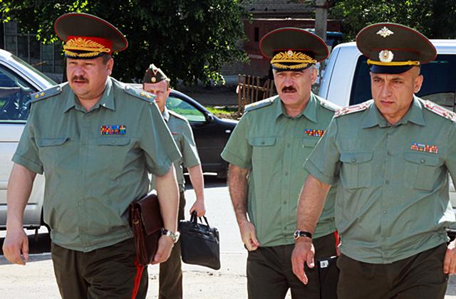 Начальник войск ПВО Сухопутных войск генерал-лейтенант А.П. ЛЕОНОВ (крайний слева).