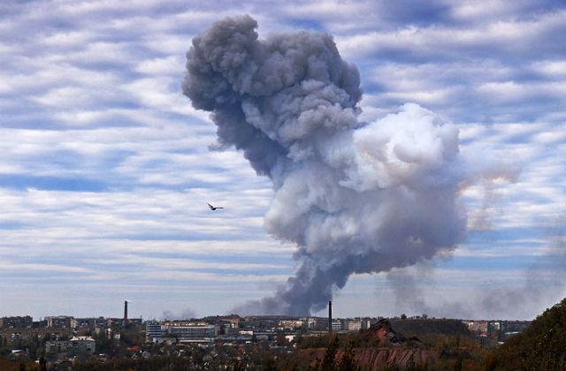 Новости 09.02.2015. В Донецке в результате обстрела загорелся химический завод