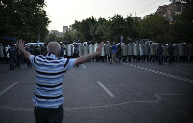 Новости 06.07.2015. Армянская полиция стянула силы в центр Еревана
