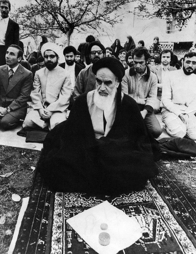 Рухолла Мусави и его последователи (Хасан Роухани первый ряд) Нофль-ле-Шато, Париж, Франция, 1978 г