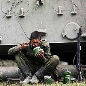 RusArmInfo. В поисках еды: солдаты Российской военной базы в Армении систематически недоедают