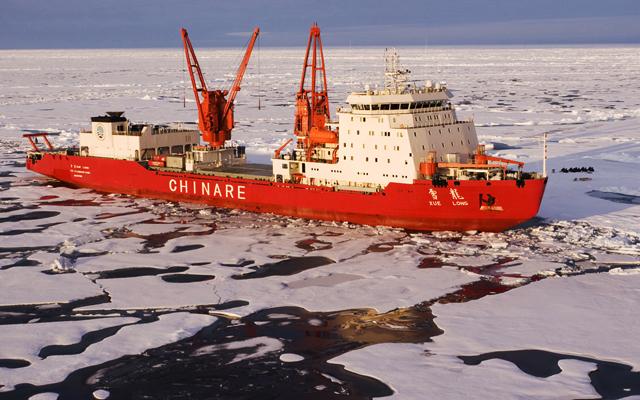 """В 2012 году ледокол """"Сюэлун"""" (Xue Long, """"Снежный дракон"""") первым из китайских судов прошёл по Севморпути в Баренцево море, а на обратном пути - из Исландии в Берингов пролив прямо через Северный полюс"""