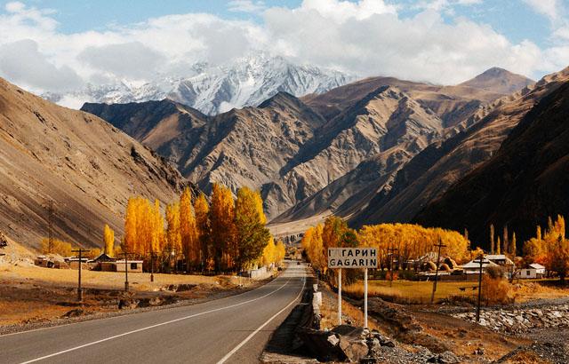 Памирский тракт (самая высокогорная стратегическая автомобильная дорога бывшего СССР - дорога Ош - Хорог) работает сейчас только для автоперевозок