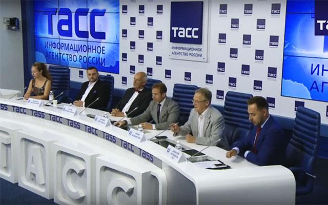 ТАСС. Европарламентарий Януш Корвин-Микке – об итогах визита в Чечню (Мануэль Оксенрайтер второй слева)