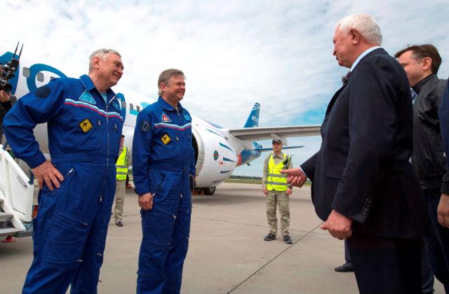 ФОТО: Глава Корпорации Иркут принимает доклад летчиков испытателей