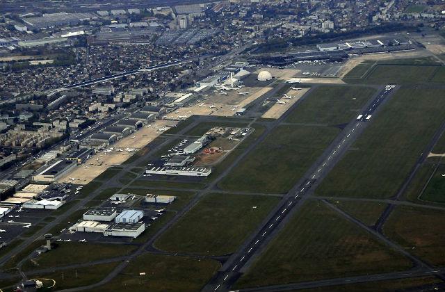 Вид сверху / Париж-Ле-Бурже (фр. Aéroport Paris-Le Bourget, Код ИАТА: LBG) — аэропорт, расположенный в 12 км к северо-востоку от Парижа. В настоящее время используется как для гражданской авиации (самолёты бизнес-класса), так и для известного авиационного шоу