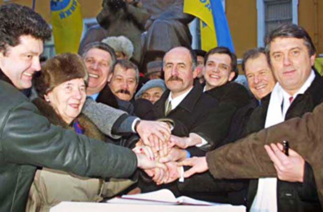 ФОТО 1: Слева направо: Петр Порошенко, Слава Стецько (Конгресс Украинских националистов); крайний справа Виктор Ющенко, избирательная коалиция «Наша Украина»