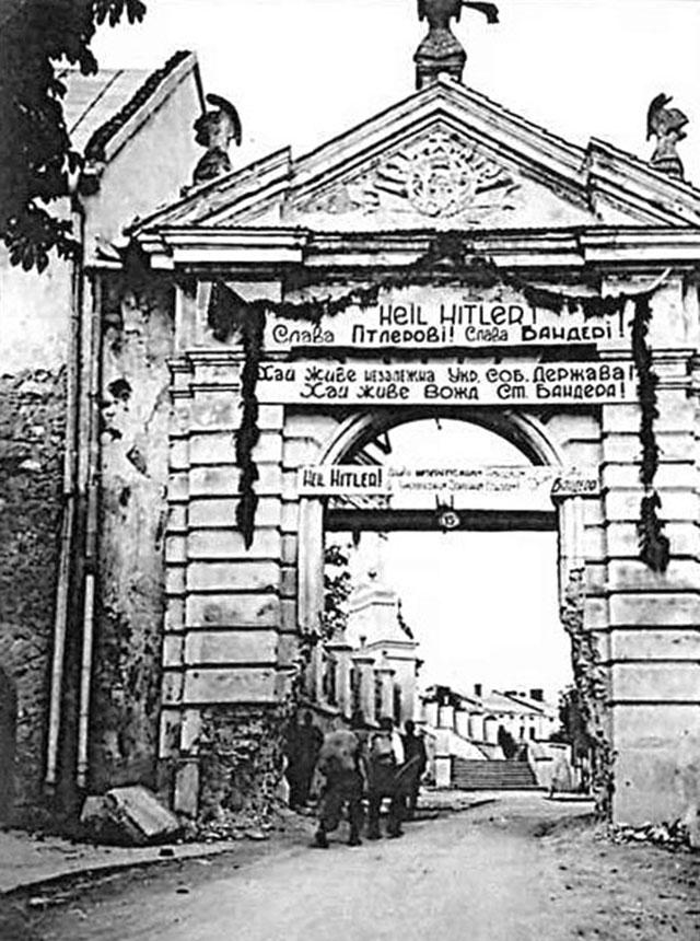 ФОТО 4: Бандеровцы не противостояли гитлеровцам, разве это не видно: на воротах в г. Жолква: «Слава Гитлерові! Слава Бандері!»