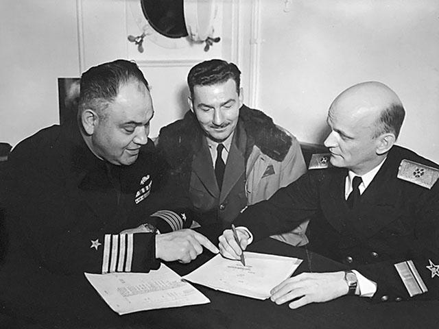 Капитан Уильям С. Максвелл, ВМС США, командир базы Датч-Харбор капитан Силвиус Газ, ВМС США,  контр-адмирал Борис Дмитриевич Попов (слева направо) обсуждают график учений.