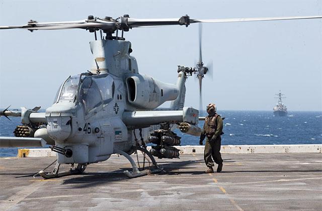 AH-1Z Viper Корпуса Морской пехоты США на борту амфибийного транспорта-дока USS Somerset (LPD 25) в Баб-эль-Мандебском проливе 19 марта 2021 г. С APKWS боекомплект вертолета возрастает до нескольких десятков УР, что исключает необходимость расходовать 4 дорогих и мощных AGM-114 на цели, которые можно поразить APKWS // US Navy